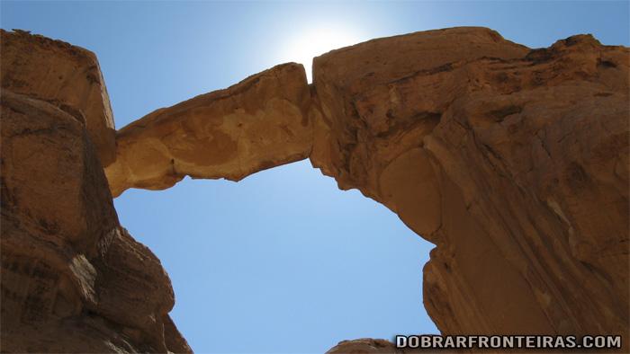 Arco de Burdah no deserto de Wadi Rum, Jordânia