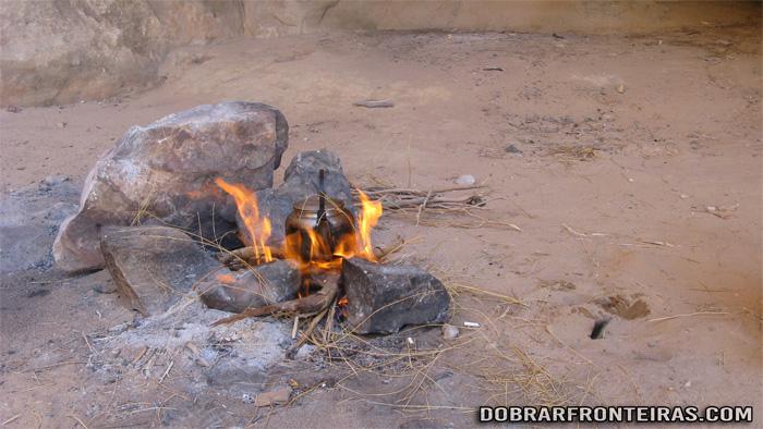 Uma fogueira para preparar o chá