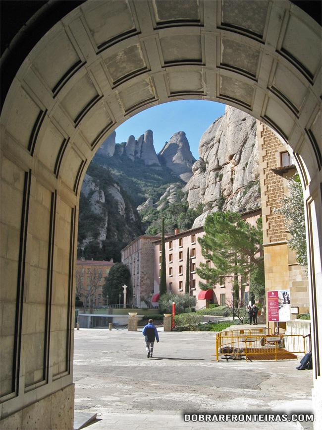 A montanha vista da porta do mosteiro de Montserrat