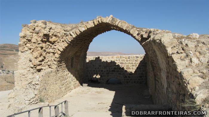 Arco gótico em ruínas no castelo de Kerak na Jordânia