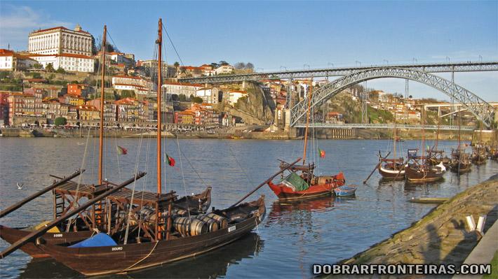Barcos Rabelos no rio Douro - centro histórico do Porto