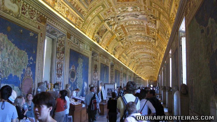 Uma das galerias do Museu do Vaticano