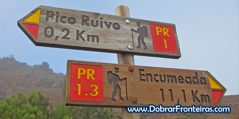 Sinalização indicando a vereda da Encumeada, na ilha da Madeira