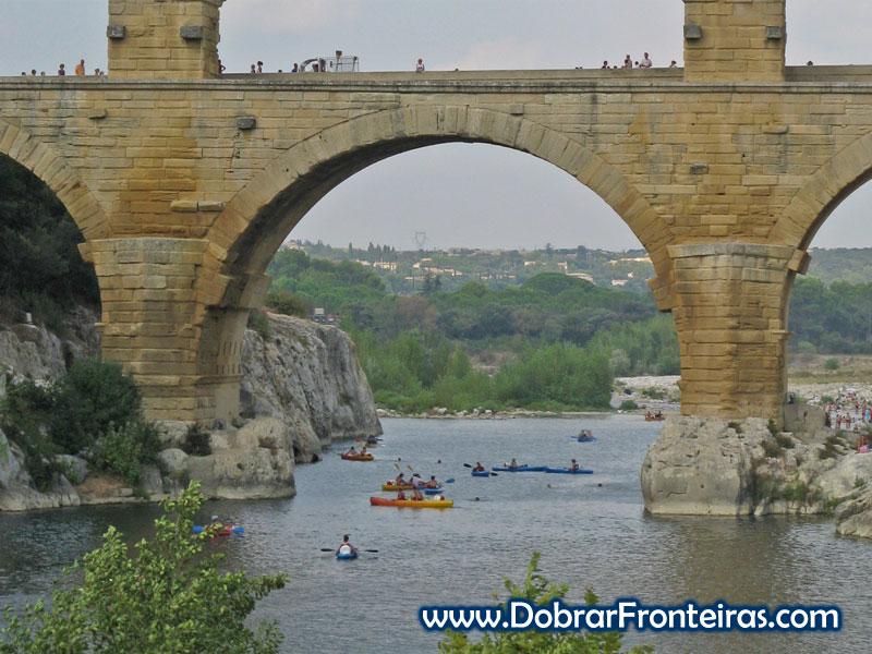 Canoas e saltos para a água são uma constante na Pont du Gard