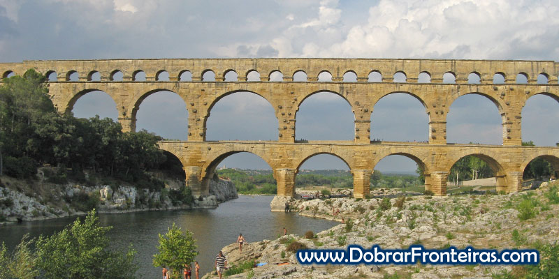 Bela panorâmica do aqueduto da Pont du Gard