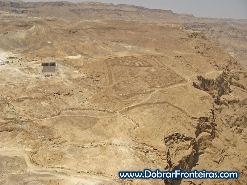Vestígios dos campos dos soldados romanos em Massada, Israel