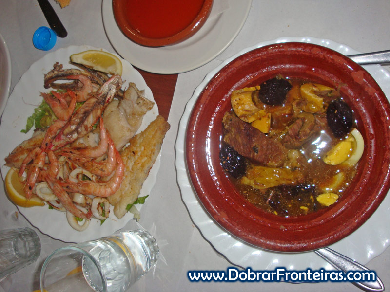 Tagine e friture para o almoço em Tetouan, Marrocos