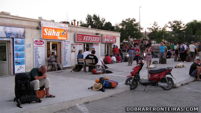 Viajantes à espera de autocarro na paragem de Goreme, Capadócia