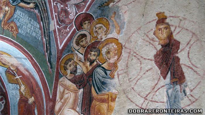 Pormenor dos frescos na Capadócia, de duas épocas distintas, sobrepostos