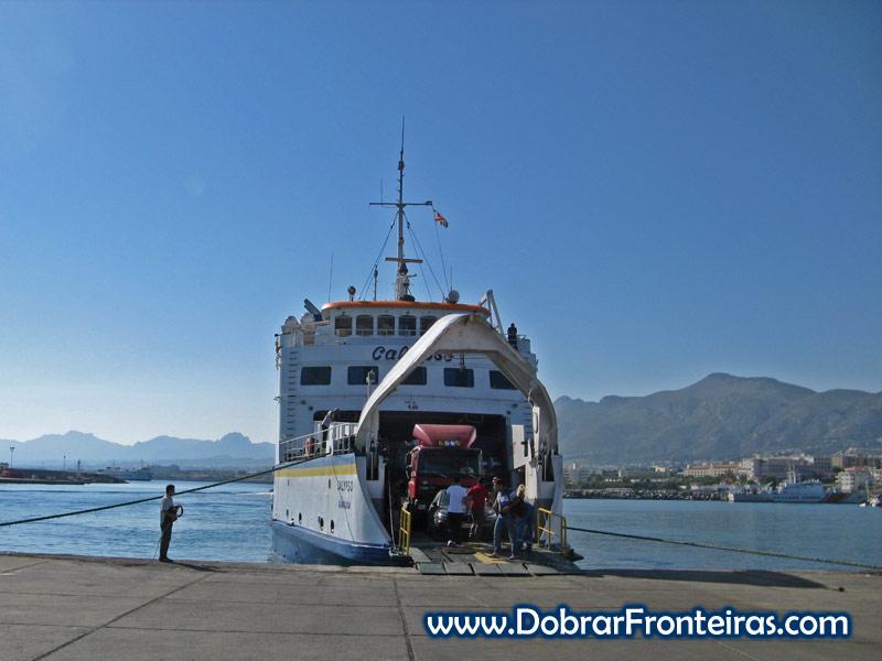 Ferry no porto de Cirénia, acabado de chegar da Turquia