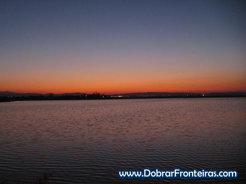Lago salgado de Larnaca ao cair da noite