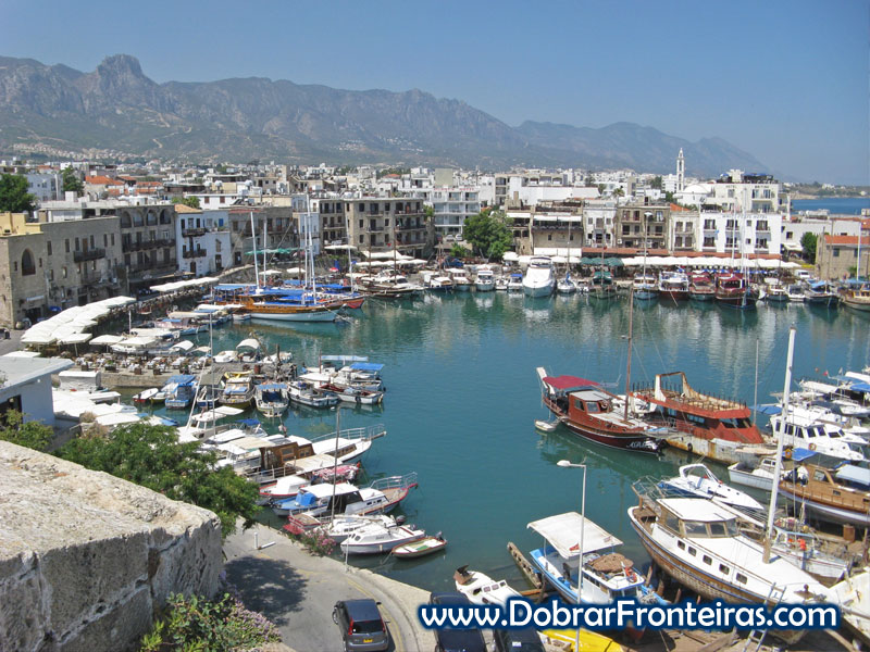 Barcos de recreio na marina de Cirénia, Chipre