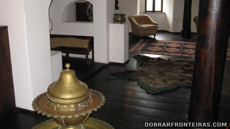 Sala no castelo de Bran, Roménia, com tapete de pele de urso