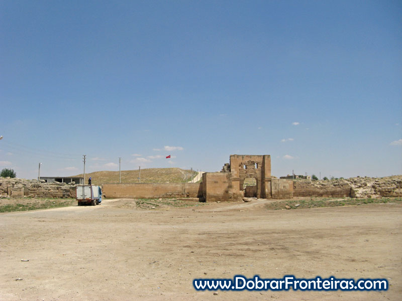 Entrada nas ruínas da cidade de Harran na Turquia