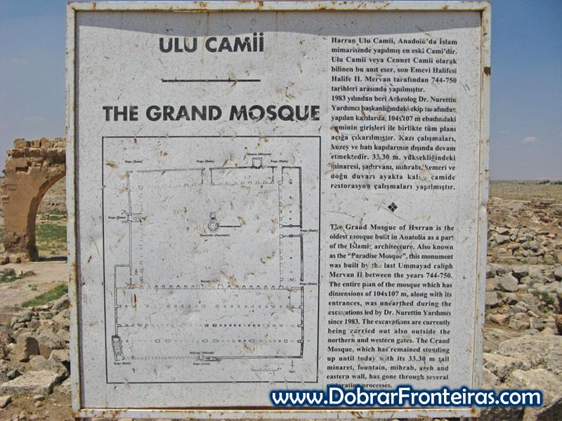 Painel informativo nas ruínas da grande mesquita de Harran