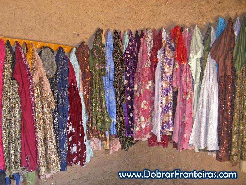 Tecidos coloridos no interior de uma casa colmeia no sul da Turquia