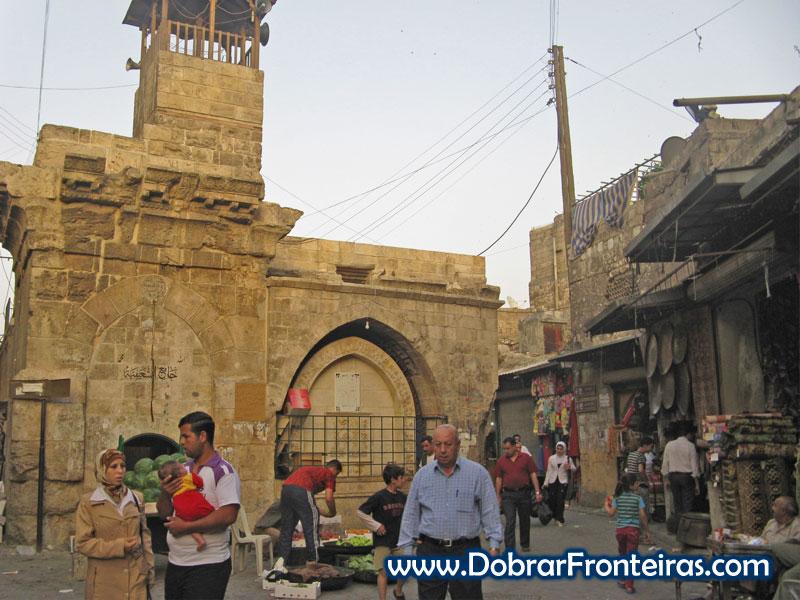 Ruas da cidade velha de Aleppo fervilham de comércio tradicional