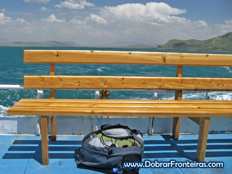 A minha mochila a bordo do barco no lago Van, Turquia