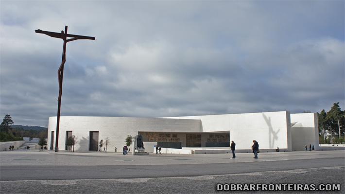 Moderna basílica da Santíssima Trindade em Fátima