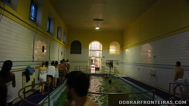 Piscina fria nas piscinas de Széchenyi