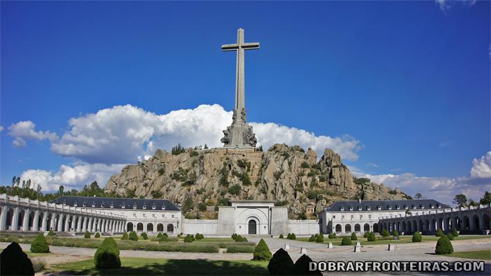 A enorme cruz do Vale dos Caídos, Espanha