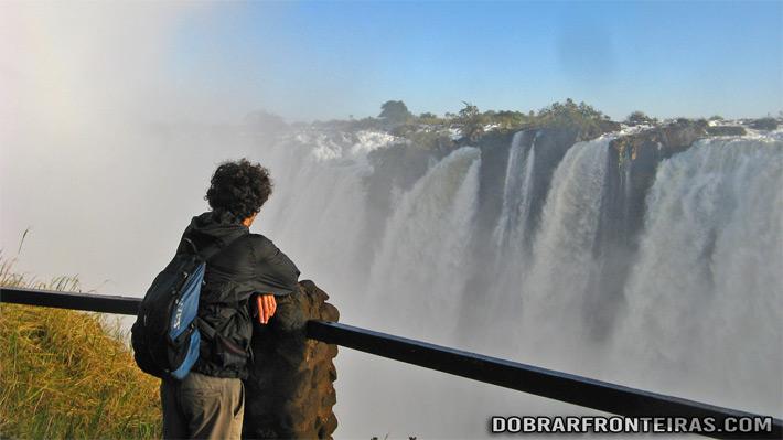 Contemplando a força da natureza do lado da Zâmbia