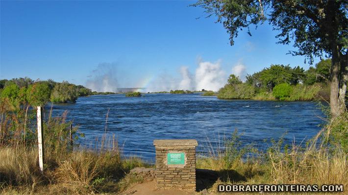 """O """"fumo que troveja"""" visto à distância, na Zâmbia"""