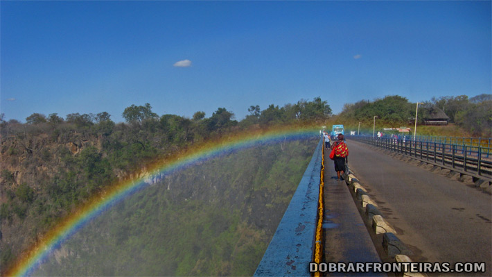 Arco-íris na ponte sobre o Zambeze, unindo a Zâmbia ao Zimbábue
