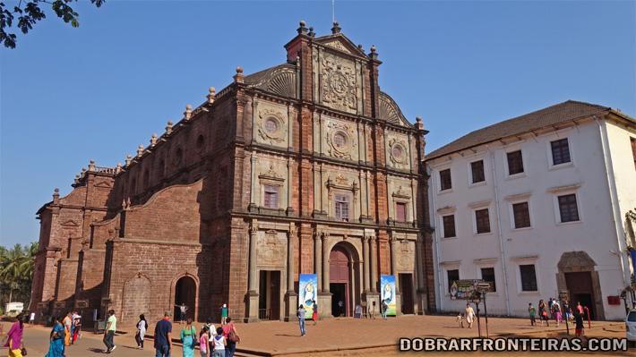 Incrível fachada da Basílica do Bom Jesus em Goa, Índia