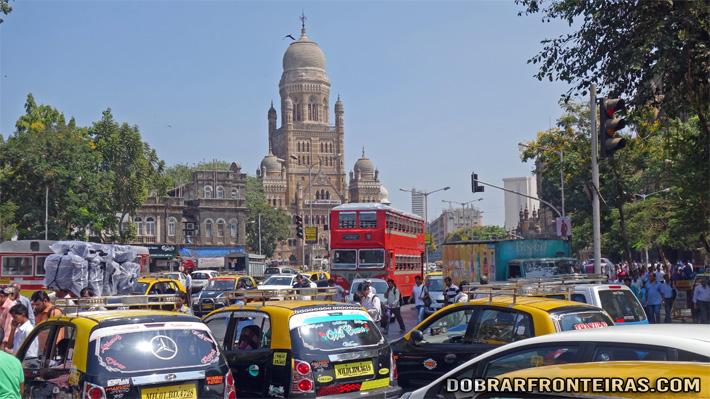 Caos e arquitectura colonial nas ruas de Bombaím, Mumbai