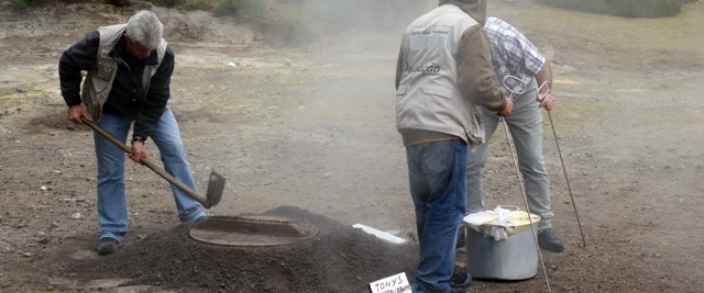 Homens a preparar o cozido das Furnas, Açores