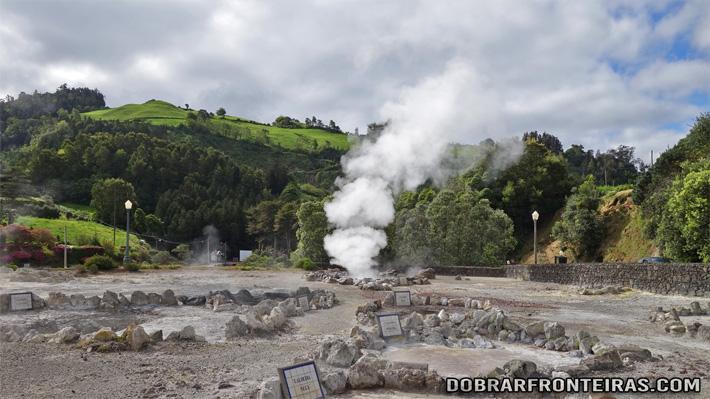 As fumarolas nas Furnas libertam vapores com cheiro a enxofre
