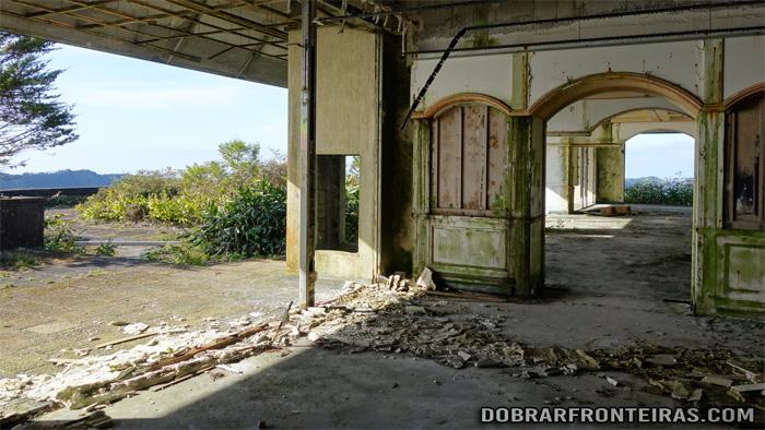 Zona do restaurante do hotel abandonado