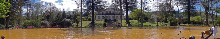 A piscina de águas férreas no Parque Terra Nostra, Furnas