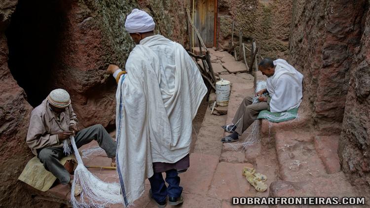 Homens a fazer cordas a partir de sacos junto à igreja de Bet Mikael