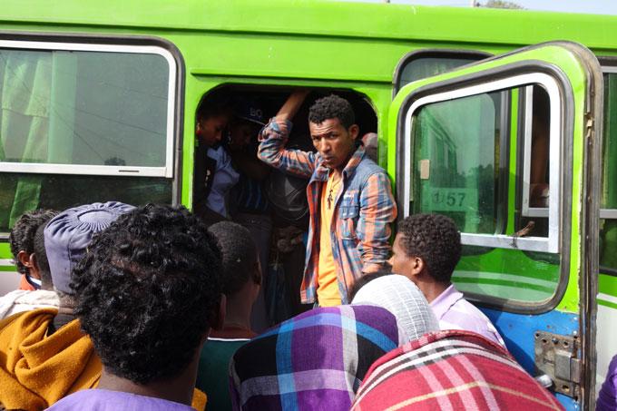 Entrar num autocarro na Etiópia pode ser uma aventura