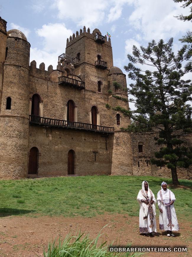 Mulheres vestindo roupas tradicionais em Gondar