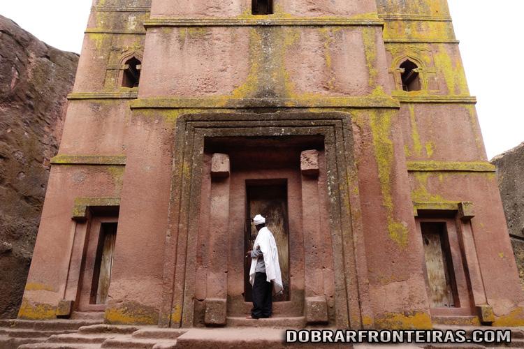 Padre a abrir a porta da igreja de São Jorge em Lalibela, Etiópia