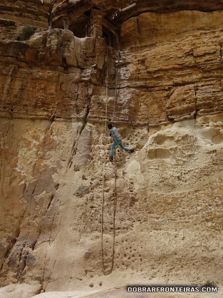 Jovem a subir ao mosteiro de Debre Damo