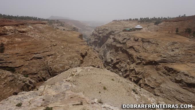 A árida e montanhosa paisagem do Tigray, Etiópia