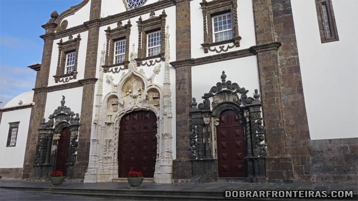 Fachada da igreja matriz de São Sebastião, em estilo Manuelino
