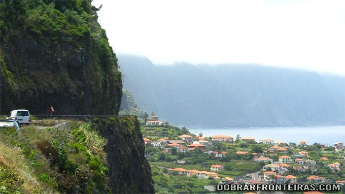 Troço da estrada regional ER 101 na ilha da Madeira