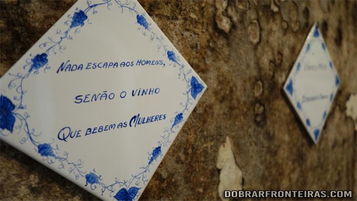 Azulejo com provérbio no Museu Nacional do Vinho em Alcobaça