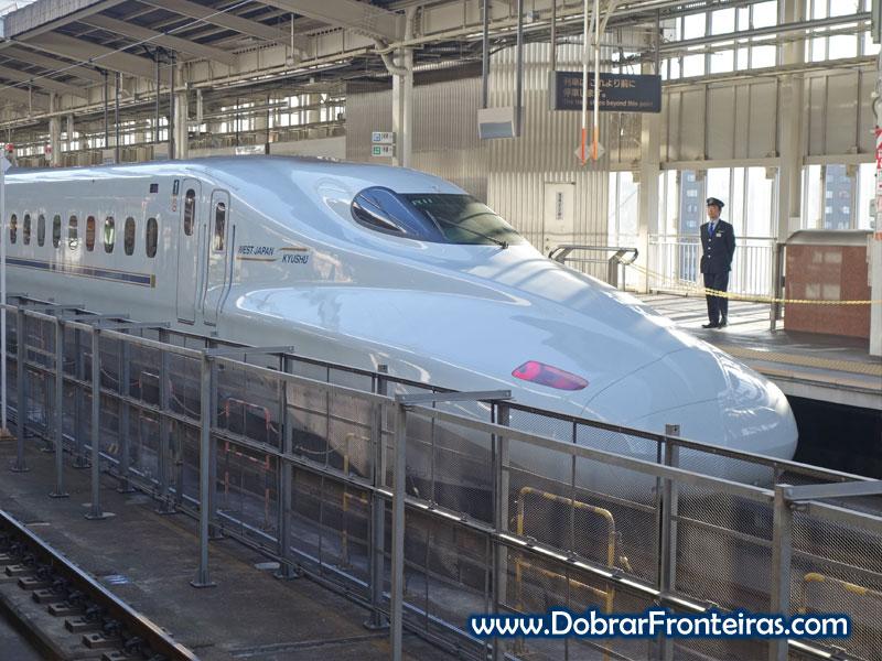 Um Shinkansen, comboio de alta velocidade japonês