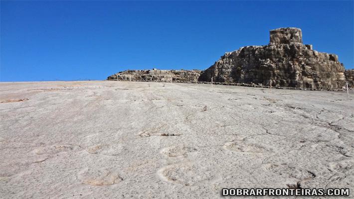 Pegadas da Dinossauro eternizadas na rocha