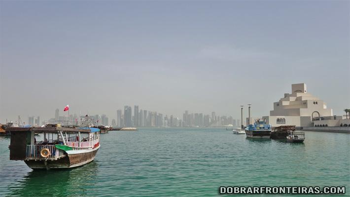 Museu de arte islâmica de Doha com arranha-céus ao fundo - Qatar