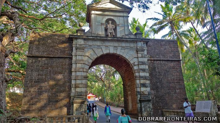 Arco do vice-rei com estátua de Vasco da Gama em Goa Velha, Índia