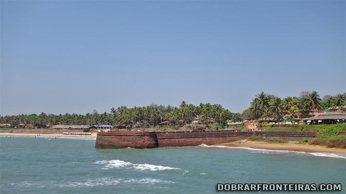 Forte português de Sinquerim nas praias de Goa