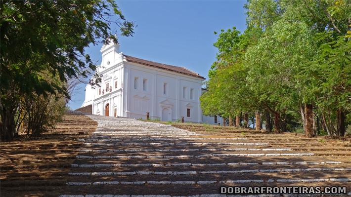 A escadaria final para a capela da Senhora do Monte em Goa