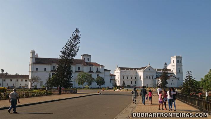 A Sé Catedral de Goa, à direita e a igreja de São Francisco à esquerda